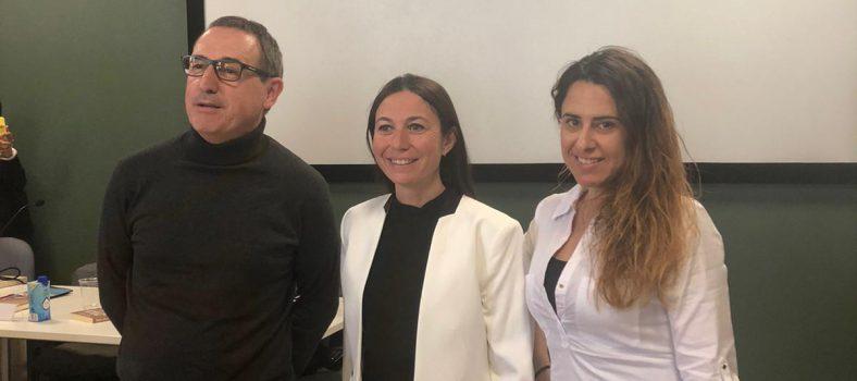 Els periodistes Miquel Peralta, Patrícia Coll i Patrícia Plaja, en l'acte de les Jornades Blanquerna de Comunicació 2020, on es va parlar del procés de producció de les notícies.